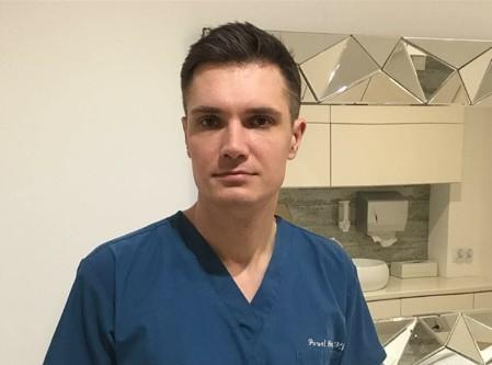 Doktor Paweł Pióro jest lekarzem medycyny estetycznej. Przyjmuje w Centrum Medycyny i Estetyki w Kielcach, sam ma 35 lat.