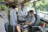 Cenna jest każda kropla - Światowy Dzień Krwiodawstwa. W Katowicach wyciskają soki dla krwiodawców