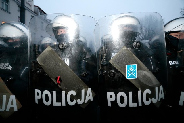 - Chcemy, żeby wszyscy mieli obowiązek noszenia imienników, również policjanci występujący w pododdziałach zwartych po to, aby była możliwa ich identyfikacja w przypadku, kiedy nastąpi sytuacja, że ktoś będzie się chciał odwołać od postępowania policjanta - powiedział poseł Szczepański z Lewicy.