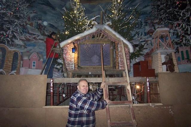 Tadeusz Stefaniak już od 30 lat dba o szopkę w klasztorze. W tym roku przy budowie pomaga mu synowa Anna.