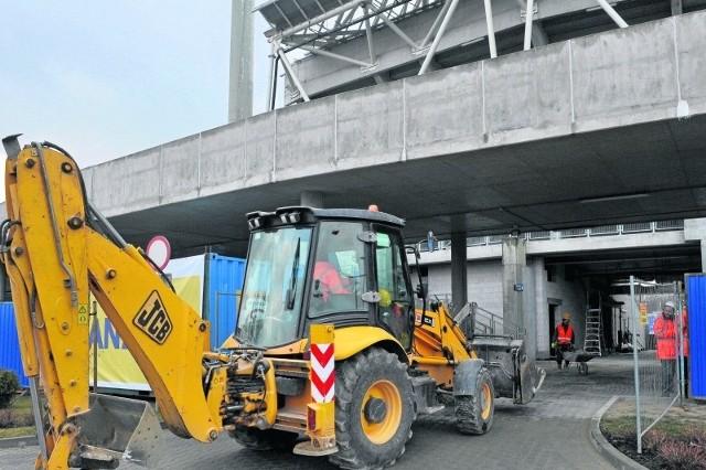 Pod trybuną firma Skanska buduje zaplecze dla piłkarzy.