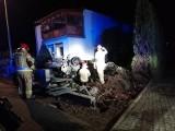 Rakoniewice: Samochód wypadł z drogi i uderzył w ogrodzenie domu. Dwie osoby trafiły do szpitala