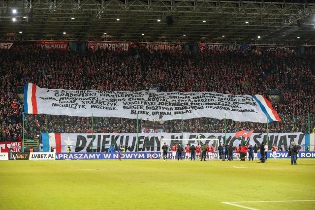 """Wisła Kraków na przełomie roku znalazła się na skraju bankructwa. Przypadek """"Białej Gwiazdy"""" nie jest wyjątkiem. Fatalne decyzje działaczy przyczyniły się do spektakularnych upadków wielu polskich klubów. Niektóre z nich się podniosły, inne pozostają na peryferiach futbolu. Przypominamy dziesięć najciekawszych historii."""