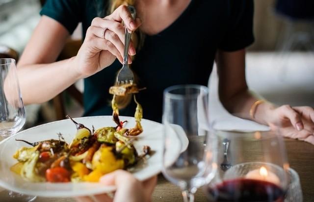 W Toruniu wiele restauracji, w których możemy smacznie zjeść i do tego będziemy znakomicie obsłużeni. W ostatnim rankingu portalu Tripadvisor znalazło się aż 217 lokali gastronomicznych z Torunia. Które restauracje są najlepsze według użytkowników portalu Tripadvisor? Sprawdźcie ranking TOP 10 w galerii!