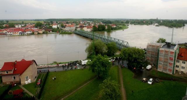 Ulewne deszcze spowodowały, że z godziny na godzinę pogarsza się sytuacja na rzekach na Dolnym Śląsku. Są już miejsca, gdzie zostały przekroczone stany alarmowe oraz stany ostrzegawcze na rzekach. Dla części Dolnego Śląska ogłoszono najwyższy, trzeci stopień ostrzeżenia hydrologicznego, dla innych rejonów obowiązuje drugi stopień. Niepokoić może też fakt, że rzeki Odra i jej dopływy mocno przybierają w Czechach oraz w pobliżu granicy z Polską. Deszcz ma padać intensywnie do środowego popołudnia.SPRAWDŹ OSTRZEŻENIA I AKTUALNY STAN RZEK NA DOLNYM ŚLĄSKU. PRZEJDŹ DALEJ PO SZCZEGÓŁY PRZY POMOCY STRZAŁEK LUB GESTÓW NA SMARTFONIE.