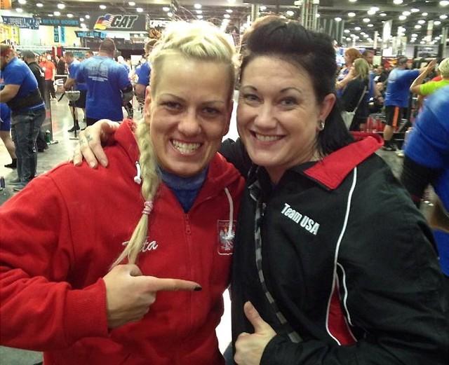 Sylwia Reichel (Cross Gym Grudziądz  - z lewej) z poznaną w Arnold Classic w Columbus (USA) Amy Payne, która startowała w jej kategorii wagowej.