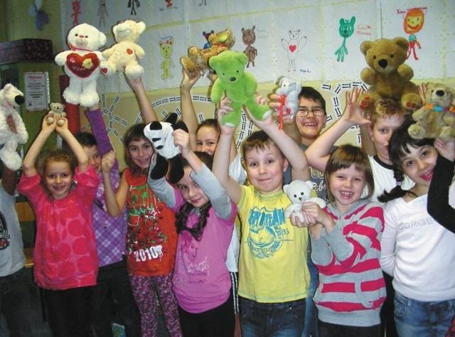 Dzieci ze świetlicy Zespołu Szkół nr 1 w Hajnówce ze swoimi ulubionymi pluszakami