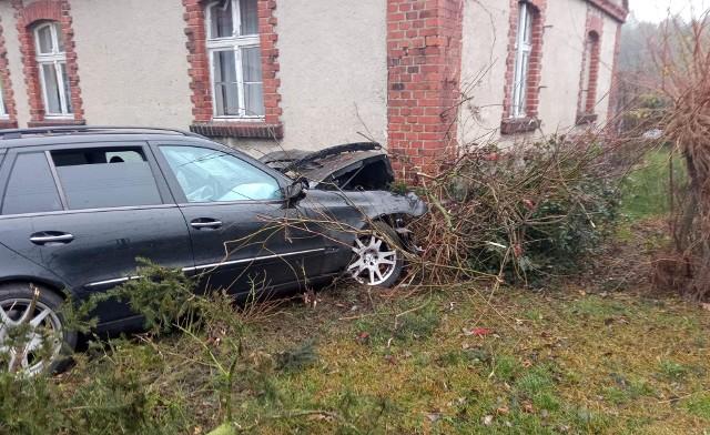 W niedzielę przed godz. 14 w miejscowości Sulęcinek niedaleko Środy Wielkopolskiej doszło do tragicznego wypadki. Kierowca samochodu, który podróżował samotnie, uderzył w budynek i na skutek odniesionych obrażeń zmarł. Policja wyjaśnia okoliczności wypadku. Zobacz więcej zdjęć ---->