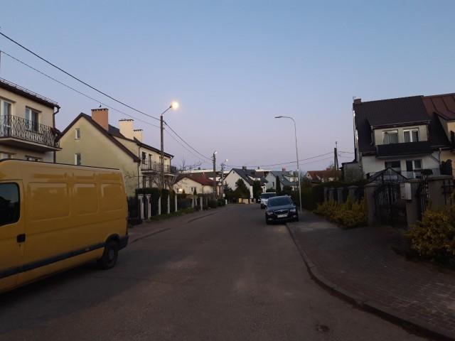W środę na osiedlu Słowińskim lampy świeciły się już parę minut po godz. 20 .