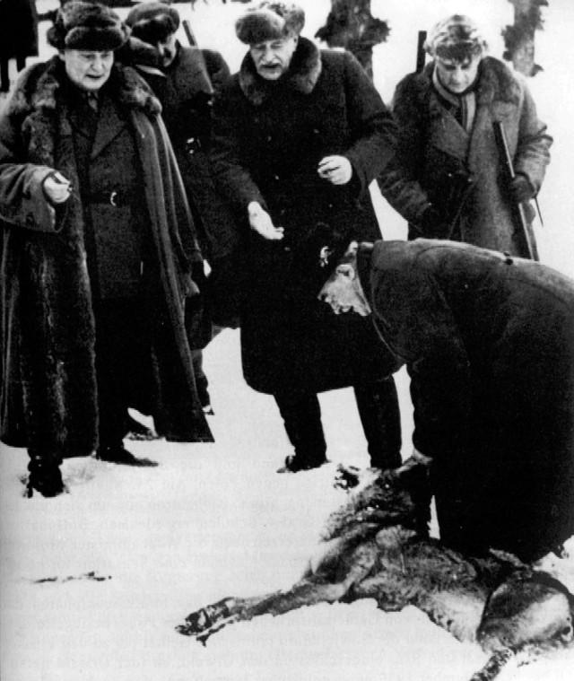 Herman Goering (pierwszy z lewej) ogląda z prezydentem Ignacym Mościckim upolowanego wilka – luty 1937 roku