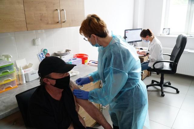 Od 3 czerwca rozpoczęły się szczepienia przeciw koronawirusowi na Uniwersytecie im. Adama Mickiewicza w Poznaniu. Ze szczepionki mogą skorzystać studenci, doktoranci i pracownicy uczelni oraz członkowie ich rodzin w dwóch zorganizowanych punktach. Aby zachęcić społeczność akademicką, postanowiono dać możliwość przyjęcia dawki także osobom niezrejestrowanym. Jednak pierwszeństwo mają ci, którzy się wcześniej zapisali