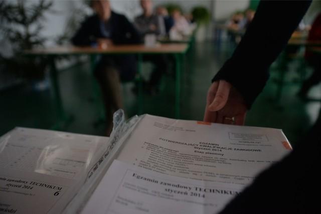 Egzamin zawodowy 2021. Pisemny i praktyczny sprawdzian kwalifikacji zawodowych. Terminy i harmonogram [ARKUSZ CKE + ODPOWIEDZI 12.01.2021]Odpowiedzi do egzaminu ze stycznia 2021 roku mają być opublikowane na stronach CKE 14.01.2021 roku. Tego dnia sukcesywnie będą się pojawiać w tej galerii >>>
