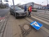 Wypadek dwóch samochodów przy akademikach Kredka i Ołówek we Wrocławiu. Nie jeździły tramwaje