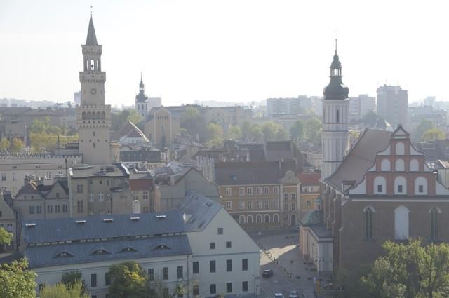 """2. miejsce - Opole było zwyczajowym liderem regionalnego rankingu na bazie zestawienia """"Wspólnoty"""". Tym razem musi zadowolić się drugim miejscem. Mimo wszystko wynik stolicy regionu – dochód per capita w wysokości 5748 zł – dał Opolu miejsce na podium w gronie miast wojewódzkich.Wyższe wskaźniki uzyskały Wrocław (5805 zł) oraz Warszawa (7747 zł). W porównaniu do poprzedniego roku Opole spadło w tym zestawieniu o jedną pozycję."""