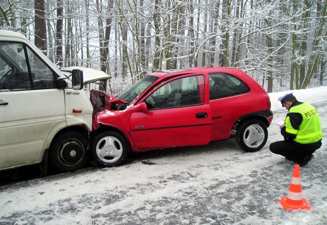 W tym z pozoru niegroźnym wypadku pasażerka czerwonego opla zginęła, bo nie zapięła pasów. Kierowca samochodu dostawczego wyszedł ze zderzenia bez obrażeń.