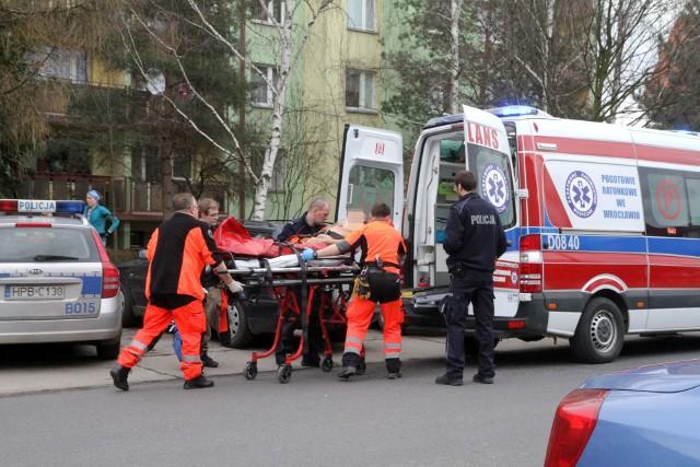 Mężczyzna z raną kłutą klatki piersiowej jest zabierany przez pogotowie ratunkowe z ul. Tyrmanda 28