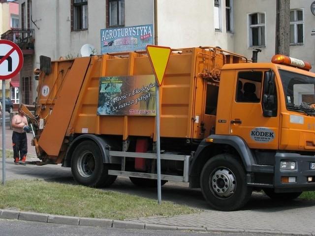 Chociaż  wejście w życie przepisów nowej ustawy, tzw. śmieciowej, już 1 lipca, w wielu gminach dopiero teraz rozstrzygnięto przetargi na firmy, które zajmą się odbiorem odpadów od mieszkańców. Wszystko dlatego, że zażądały one za usługę cen wyższych, niż planowano.