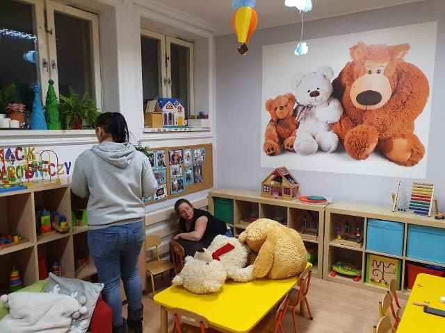 Cały weekend rodzice dzieci uczęszczających do Prywatnego Przedszkola Parkowego nr 2 w Słupsku szorowali wszystkie szafki i zabawki. Zdezynfekowano dosłownie wszystko