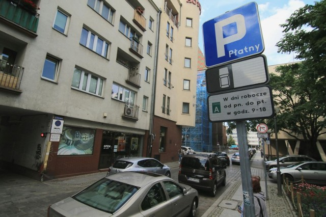 Od nowego roku miasto rozszerzyło strefę płatnego parkowania oraz, na wniosek rady osiedla Przedmieście Świdnickie, wyznaczyło nowe płatne miejsca postojowe na ulicach Jęczmiennej, Kolejowej, Pszennej i Żytniej, a także na części pl. Rozjezdnego.Ale to nie koniec zmian. W roku 2021 nowe płatne miejsca parkingowe powstaną na terenie całego Wrocławia. Wyznaczenia takich miejsc oczekiwały także rady kilku innych osiedli, ale możliwe to będzie dopiero po kolejnym rozszerzeniu strefy płatnego parkowania.W przypadku jednej lokalizacji proponowanej przez miasto rada osiedla nie zgodziła się.Zobacz na kolejnych slajdach gdzie i kiedy powstaną nowe płatne miejsca parkingowe - posługuj się myszką, klawiszami strzałek na klawiaturze lub gestami