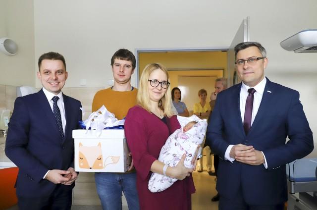 Wojewoda śląski odwiedził pierwszego noworodka urodzonego w 2019 roku w województwie