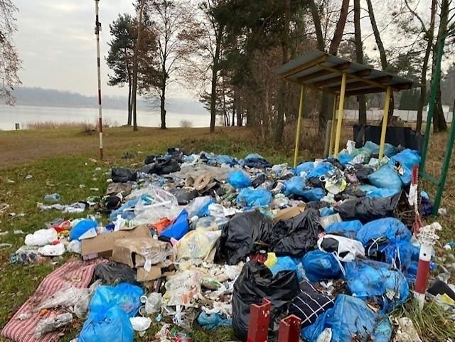 Śmieci nad jeziorem na Przeczycach zalegają od kilku miesięcy.Zobacz kolejne zdjęcia. Przesuwaj zdjęcia w prawo - naciśnij strzałkę lub przycisk NASTĘPNE