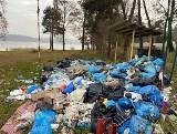 Góra śmieci zalega nad zalewem na Przeczycach. Mieszkańcy są zbulwersowani
