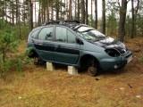 Renault porzucone w lesie, z każdym dniem jest go coraz mniej. A właścicielka nic nie robi.
