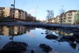 Mieszkańcy grożą pozwem zbiorowym za dziurawe drogi w Łodzi. Urzędnicy twierdzą, że dziury są łatane, a kierowcy mają prawo do odszkodowania