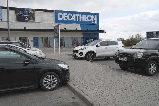 26 kwietnia to niedziela... handlowa. Wiele sklepów jest otwartych, ale klientów nie ma zbyt wielu. Sprawdziliśmy jak wyglądał ruch przed najbardziej uczęszczanymi punktami handlowymi w Kielcach w niedzielę 26 kwietnia. Na zdjęciu powyżej parking przed Decathlonem przy Radomskiej.Na kolejnych slajdach zobacz jak wyglądała niedziela handlowa przed kieleckimi sklepami>>>