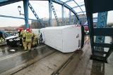 Bus przewrócił się na moście Sikorskiego. Jedna osoba ranna, duże utrudnienia w ruchu