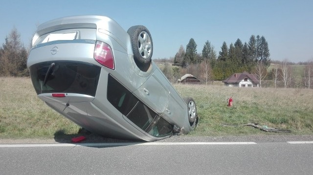 Do zdarzenia doszło w Humniskach k. Brzozowa. Policjanci ustalili, że 27-letni mieszkaniec powiatu brzozowskiego, kierując oplem astrą nie dostosował prędkości do warunków drogowych i stracił panowanie nad pojazdem. Jego samochód zjechał z drogi, wjechał do przydrożnego rowu, uderzając w betonowy przepust. Ostatecznie zatrzymał się na dachu.Na szczęście jedyny skutek tego zdarzenia, to tylko rozbity samochód. 27-latek wyszedł z tej kolizji bez szwanku, nic mu się nie stało. Mężczyzna jechał sam i był trzeźwy.27-letni kierowca opla za spowodowanie kolizji został ukarany mandatem. Zobacz też: Pijany 26-latek dachował na autostradzie A4