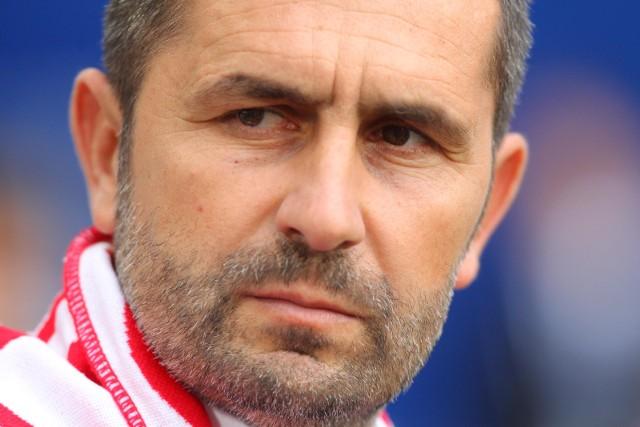 Od poniedziałku piłkarscy kibice żyją w Polsce tematem odwołania z funkcji selekcjonera Jerzego Brzęczka i wyborem kolejnego szkoleniowca Biało-Czerwonych. W gronie ewentualnych następców wymieniany jest były trener Lecha Poznań, Nenad Bjelica. Postanowiliśmy się więc przyjrzeć, co przemawia za Chorwatem, a co może go dyskwalifikować w oczach prezesa PZPN, Zbigniewa Bońka.Czytaj dalej-->
