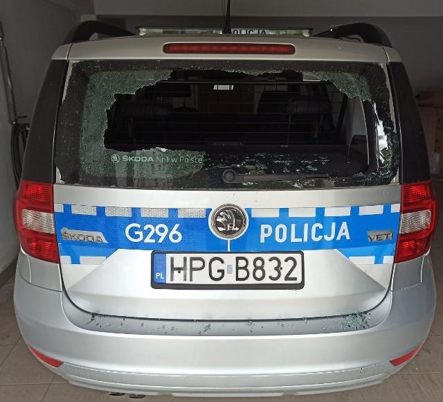 27-letni mieszkaniec Wieliczki wybił głową szybę w radiowozie. Mężczyzna odpowie przed sądem za zniszczenie mienia