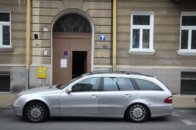 Mercedes uniemożliwiał wjazd na posesję przy ul. Orlej 7. Dzięki interwencji Kuriera i straży miejskiej został zabrany