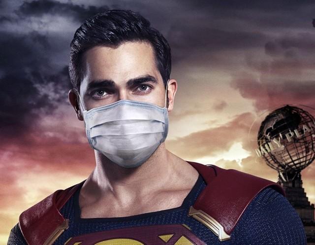Superbohaterowie też noszą maseczki. Na plakacie Tyler Hoechlin jako Superman.Zobacz kolejne zdjęcia. Przesuń zdjęcia w prawo - wciśnij strzałkę lub przycisk NASTĘPNE