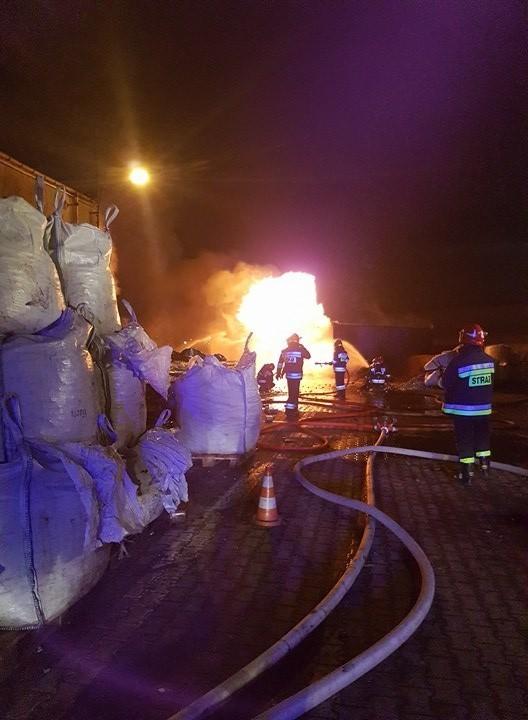 Pożar w zakładzie Remondis przy ul. Pryncypalnej w Łodzi. Zapaliły się akumulatory składowane w kontenerach