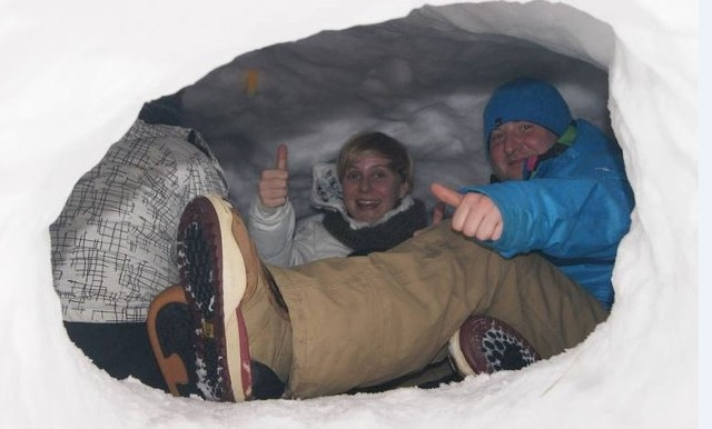 Ludzie śpiący w śnieżnej jamie wykopanej pod Turbaczem podczas edycji WinterCamp w 2013 roku