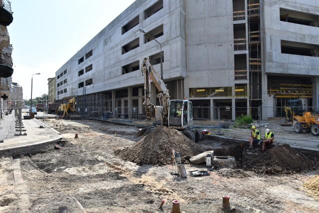 Opole Główne. Postępują prace wewnątrz. Trwa przebudowa układu komunikacyjnego w pobliżu parkingu.
