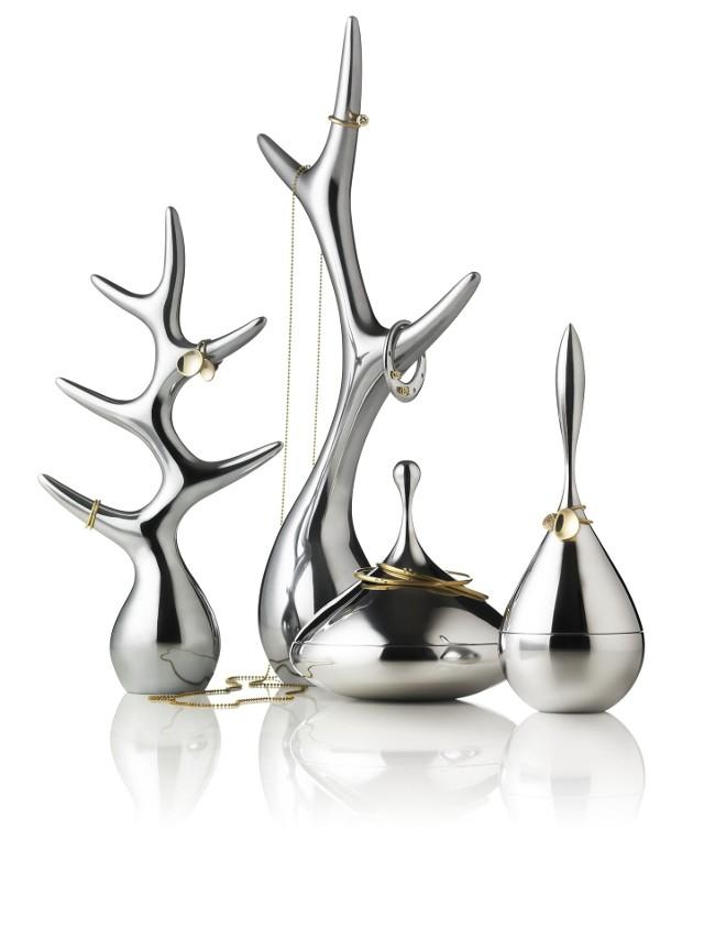 Stojaki i pojemniki na biżuterięDo wnętrza nowoczesnego, retro, czy glamour pasują te oszczędne w formie, a zarazem efektowne stojaki i pojemniki. Smykke flakon.