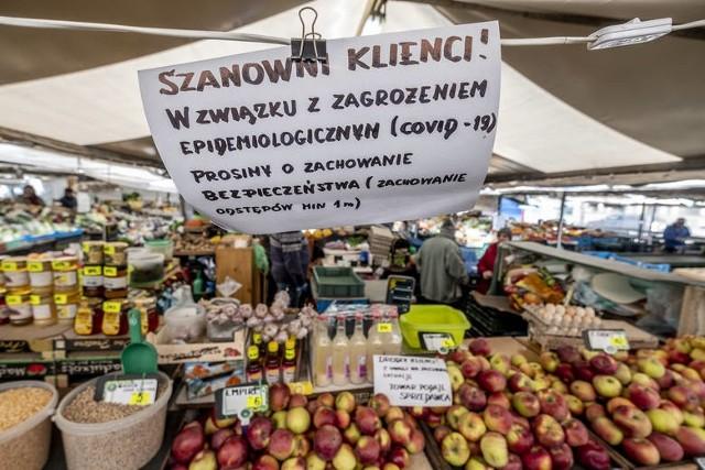 Radni PiS uważają, że opłaty na poznańskich targowiskach w czasie epidemii koronawirusa, a także dwa miesiące po jej zakończeniu, powinny być zawieszone lub znacząco zmniejszone.