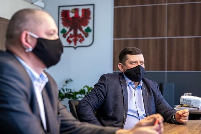 """Po interwencji GL prezydent Jacek Wójcicki """"przekazał dyspozycje"""", aby urzędnicy ograniczyli formalności do minimum. Poprosił też instytucje zaangażowane w wypłacanie pieniędzy o maksymalną pomoc dla przedsiębiorców."""