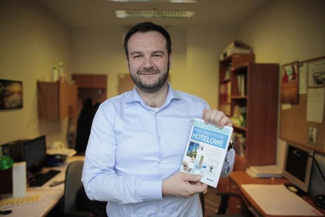 """Dr Daniel Puciatio od lat zajmuje się tą tematyką. Jest autorem  m.in. książki """"Przedsiębiorstwo hotelowe""""."""