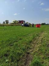 Wyszonki-Błonie. Tragiczny wypadek na drodze gminnej. Dachowanie volkswagena, jedna osoba nie żyje