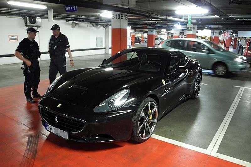 Galeria Alfa Białystok: Ferrari zaparkowane na miejscu dla niepełnosprawnych (zdjęcia, wideo)