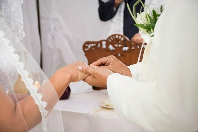 Ślub kościelny to dla katolików ważne wydarzenie. Są jednak pewne przesłanki, które sprawią, że nie każdy będzie mógł wziąć ślubu przed ołtarzem. Zobaczcie, w jakich sytuacjach nie dostaniemy ślubu kościelnego. Szczegóły w dalszej części galerii >>>