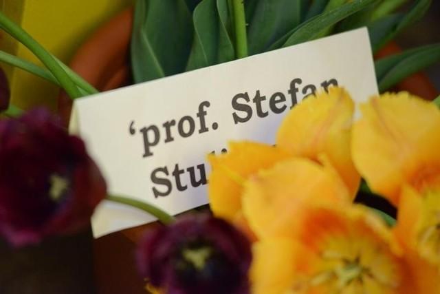 Profesor Stefan Stuligrosz, twórca chóru Poznańskie Słowiki, w 2010 otrzymał wyjątkowy prezent. Odmianę tulipana, która została nazwana jego imieniem. Twórcą tego kwiatu jest poznański hodowca Roman Szymański, który pracę nad odmianą Stefana Stuligrosza rozpoczął wraz z ojcem Władysławem. ¬– Wyhodowanie jednego, nowego gatunku tulipana zajmuje mniej-więcej 20 lat – tłumaczy Roman Szymański.