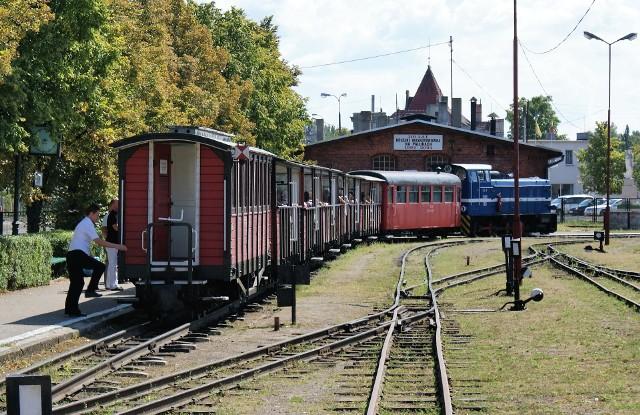 Stacja początkowa Żnińskiej Kolei Powiatowej. Pociąg rusza w kierunku Wenecji, Biskupina i Gąsawy