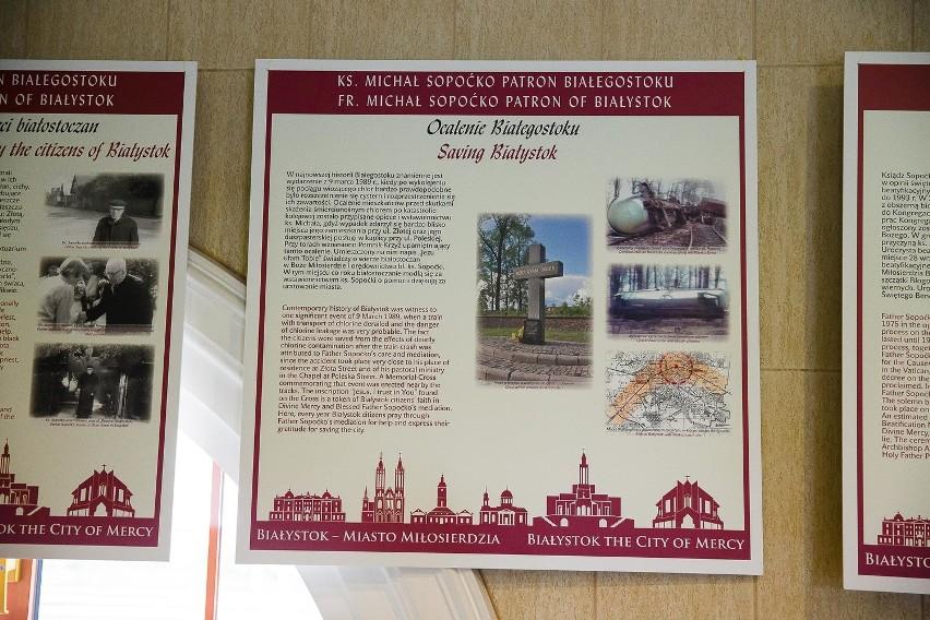Wystawę na dworcu kolejowym podziwiają nie tylko pielgrzymi....