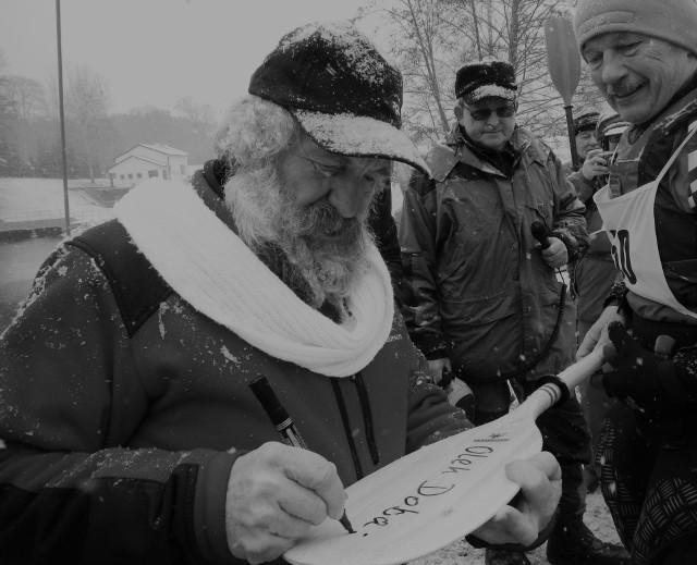 Aleksander Doba, największy kajakarz - podróżnik na świecie, był częstym gościem podczas zimowych spływów na Brdzie. Tu - na starcie w Mylofie - podpisuje wiosło