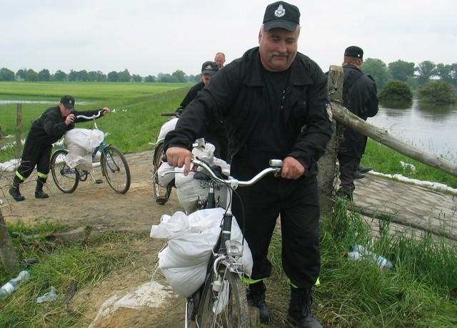 Wczoraj koło Kluczy sytuacja na Odrze była opanowana. Ale strażacy z OSP rowerami przez cały czas wożą worki z piachem i uszczelniają wał.